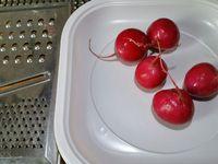 2 - Découper des rondelles de tomate, et de concombre, préparer les haricots verts en un gros fagot. Cuire 2 oeufs durs,les écaler et les couper en 4 quarts. Râper des radis roses et en remplir le centre de fonds d'artichauts. Décorer d'une olive noire.