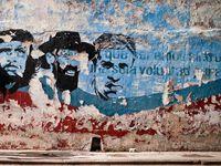 """Le Ché sur tous les murs, les slogans prônent les succès de la Révolution et les bienfaits du gouvernement communiste totaltaire: """"La révolution, une garantie unique d'être libre et indépendant"""", """" la sécurité et l'unité des cubains"""", """"Nous vaincrons""""...."""