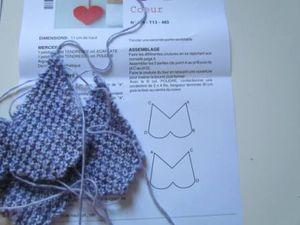 Je réalise un cœur en tricot au point de blé