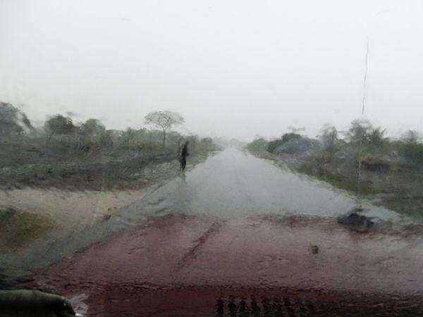 Orage au Mozambique, circuler devient franchement délicat.