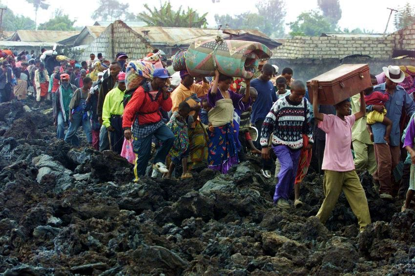 Goma - 01.2002 - The inhabitants flee in front of the advancing lava emitted by the Nyiragongo. - Doc. archives / Reuters