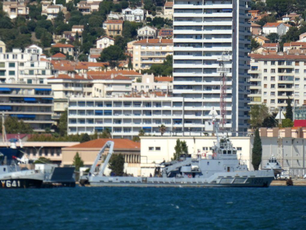 TAAPE , Y633 chaland releveur d'ancrage  (CRA) en petite rade de Toulon le 23 juillet 2020