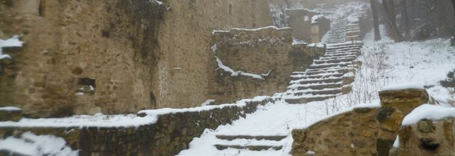 Le vieux village sous la neige