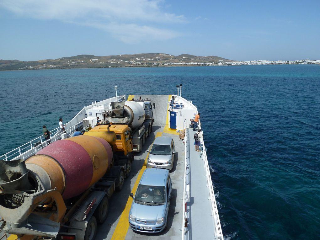 La traversée ne dure que quelques minutes, sur le bac, bétonnière, camionnettes, pour l'approvisionnement de l'île en matériaux et denrées alimentaires.