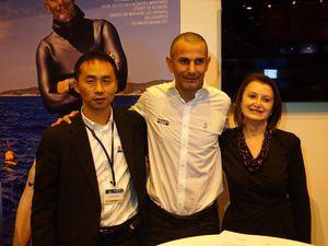 Signature du partenariat entre l'Odyssée Bleue de Stéphane Mifsud, Suzuki et Bénéteau, au Nautic de Paris