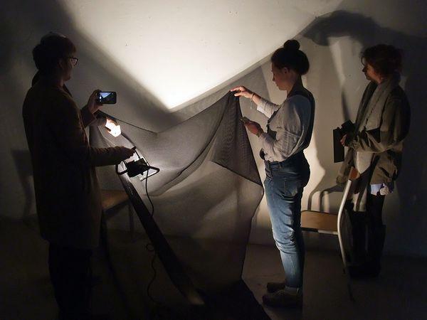 """Les étudiants manipulent la lumière, le tissu, le son... avec énergie, """"esprit transversal"""", parfois méthodologie, en tous cas avec beaucoup d'intérêts..."""