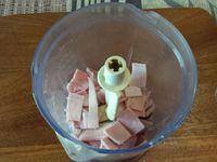 1 - Couper les 2 tranches de jambon cuit en petits morceaux et passer au mixeur, faire de même avec les 2 tranches de jambon rouge Serrano. Rajouter 4 portions de fromage carré frais.