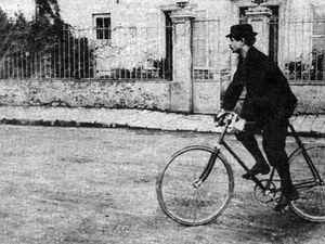 Photo de gauche : portrait de Jarry, Wikipédia Commons, téléversé par Racconish;Photo de droite; Jarry à bicyclette, Wikipédia Commons, téléversé par Waldir