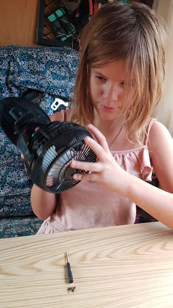 Louise aussi bricole : elle répare toute seule le ventilateur de son lit ;)