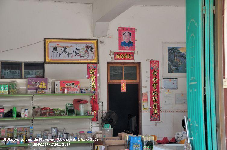 D'autres photos! CLIQUEZ sur une flèche pour les visualiser... J'ai été frappé d'observer que les représentations de Mao sous forme de Portraits ou de bustes et statuettes sont très nombreuses chez de nombreux Chinois dans les provinces que j'ai visitées. Un personnage qui ait loin d'être diabolisé comme dans les régimes des pays du capitalisme-impérialisme...