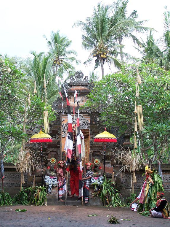 """De Java, en route pour la riante Bali avec un détour """"touristique"""" dans la factice Lombok puis retour à Bali sur un ferry miteux qui coulera 15 jours plus tard !"""
