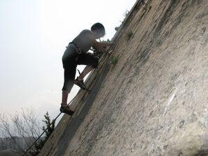 Mathieu et Laura testent leur équilibre sur la dalle de la Bombée.