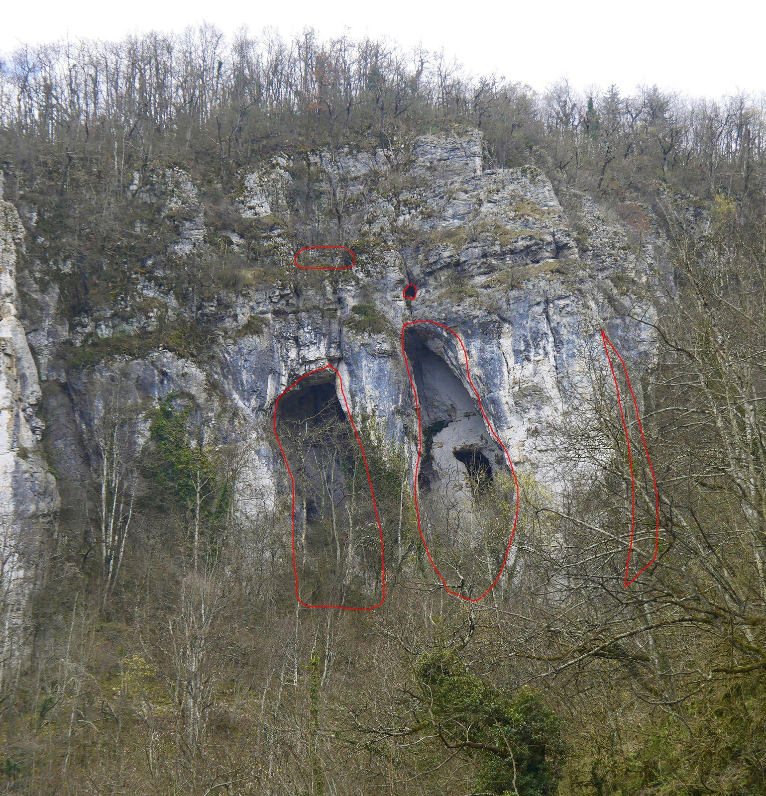 De Flandenne, on aura remarqué en face les arches de l'Apothéose, auxquelles on peut monter en quelques minutes depuis le Chaillard.