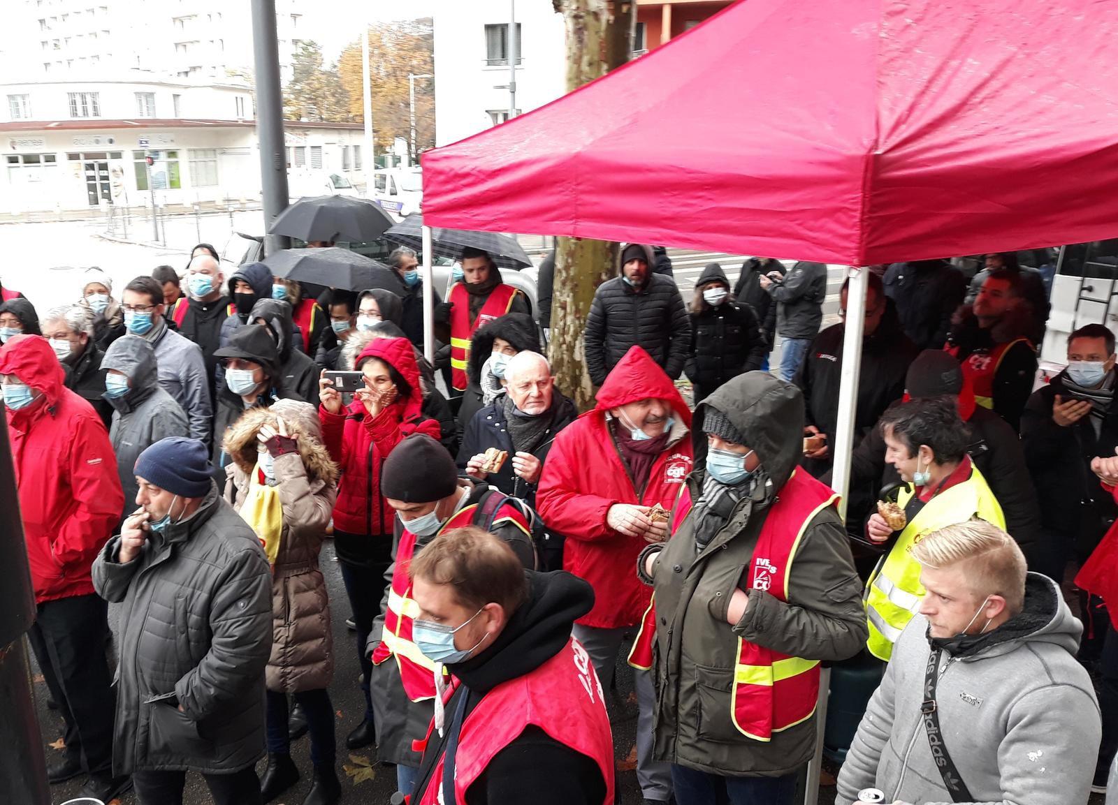 300 métallos en colère devant la chambre patronale, l'UIMM locale du Rhône