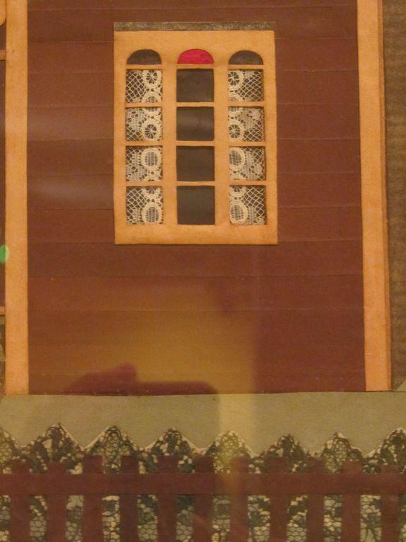 Au musée du jardin, une maquette, tableau naïf d'une façade de maison.....pourquoi pas le point de départ d'un tableau textile de notre maison ?