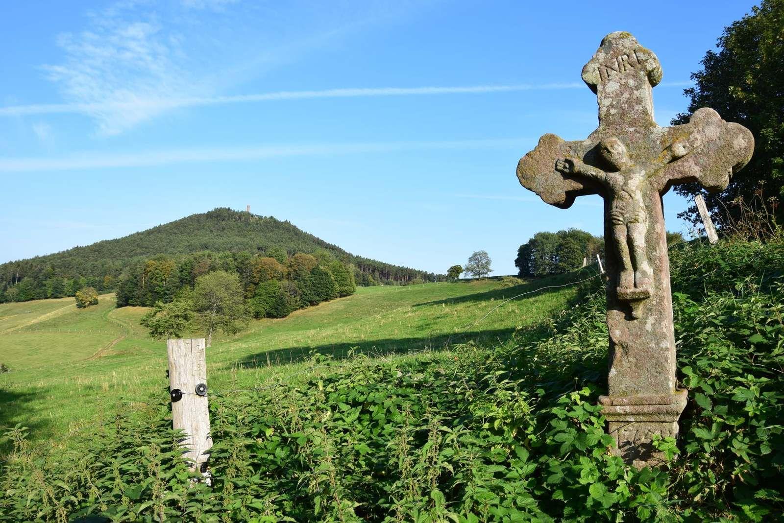 Autrefois, cette croix trilobée du 18ème siècle, était adossée à un beau chêne