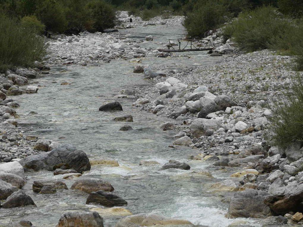 En longeant la rivière Thethit, nous traversons le village de Theth et quelques hameaux isolés.