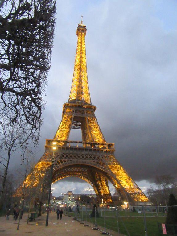 La tour est majestueuse mais la pluie arrive .Vite montons les marches des 2 étages à pied!!