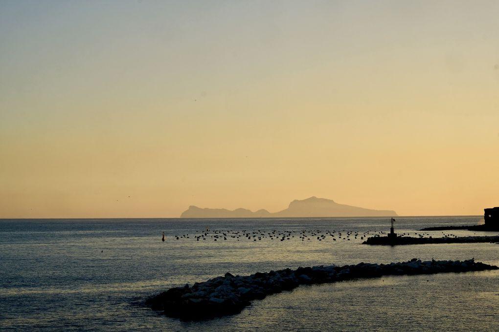 Plus de douceur avec la mer, apaisante, rassurante, du bleu partout, un voilier au  goût de la Liberté, peut être celui de Mr RIPLEY et bien au dessus, le Mont Vésuve, une force tranquille qui semble veiller sur la ville.
