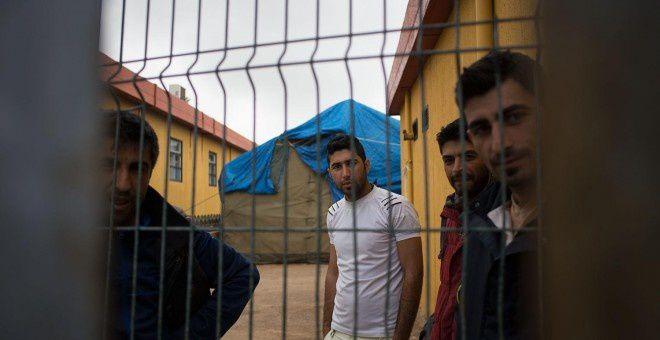 Varios migrantes escapan de las autoridades francesas antes de intentar tomar un tren en su ruta hacia Inglaterra, en Calais (Francia). EFE.- El Muni.
