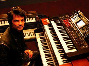 carlos trilha, un instrumentiste et producteur de musique brésilien et créateur d'ambiances spécifiques au synthétiseur