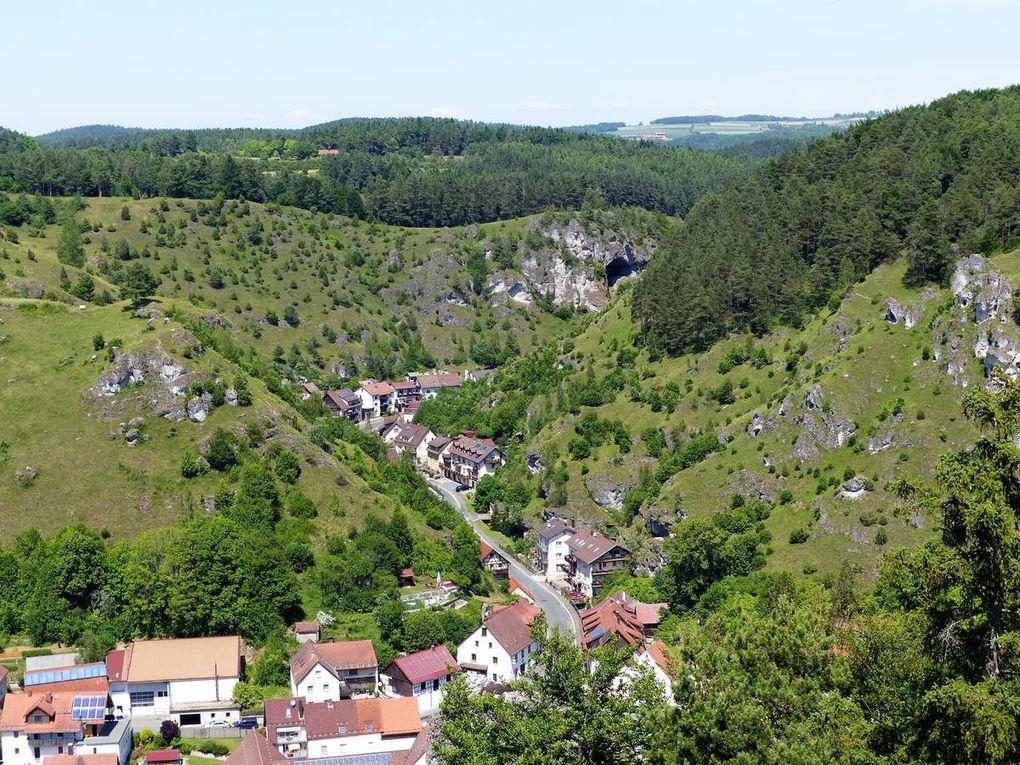 Dieser grandiose Ausblick auf das idyllisch und bizarr eingebettete Felsenstädtchen Pottenstein im Herzen der Fränkischen Schweiz bot sich nach dem Aufstieg auf die Plattform oberhalb der Burg.