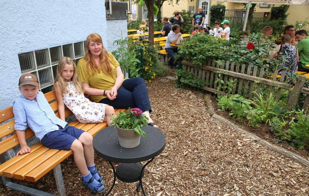 Das Fest zum Anlass nahm Hortleiterin Jessica Winter, um offiziell auch den mit Hilfe der Bauhofgärtner sehenswert und pflegeleicht neugestalteten, von ihren Hortkindern nachmittags betreuten Schulgarten zu eröffnen. In den von Baumstämmen eingefassten Beeten wachsen u.a., von den Kindern gepflanzt, neben Salaten auch Zucchini und Mangold sowie in einer Steinschnecke eine Vielzahl von Kräutern und dahinter Tomaten, alles erntbar für die Zubereitung des Mittagessens für die 40 Hortkinder. Und entlang des Gartenzauns haben die Bauhofgärtner noch allerlei Stauden wie auf dem letzten Foto eine Schokoladenblume und die Fette Henne gepflanzt und eine Sitzbank lädt zum Verweilen ein.