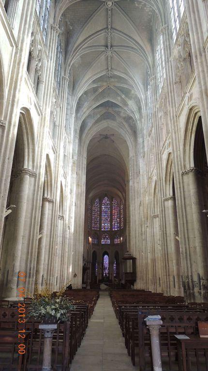 quelques images prises au hasard , qui vous montrent la diversité architecturale de Tours, une très belle ville mise aussi en valeur par la présence de deux cours d'eau, la Loire et le Cher.