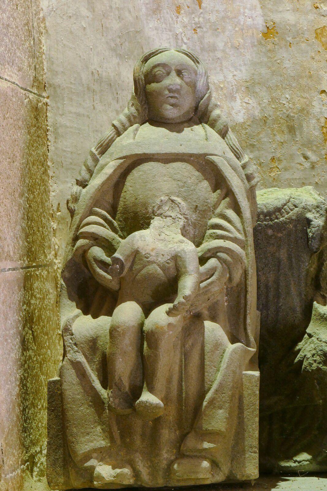 Vierge à l'Enfant ( kersanton, Maître de Lambader, vers 1550), de la chapelle de Lambader. Photographie lavieb-aile.