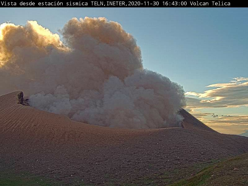 Telica - explosions at 2:44 p.m. and 4:43 p.m. on 11/30/2020 - Ineter webcam