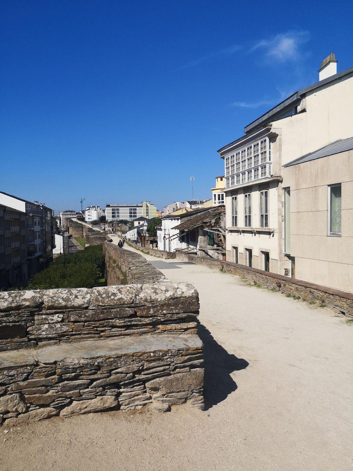 Sa ville close romaine. La muraille de Lugo est une fortification militaire de la province romaine de Gallaecia. Sa construction a certainement débuté en 260, lorsque Lucus Augusti (Lugo) est devenu un centre important de communication et de commerce de la Gallaecia romaine, et s'est terminée sous Constantin Ier. Cette muraille romaine entoure le centre historique de la ville de Lugo (Espagne), elle est très bien conservée, intégrée au cours des siècles à l'urbanisation de la ville, et avec quelques ajouts, elle garde en grande partie son aspect d'origine.Le mur, avec ses 85 tours massives, s'étend sur une longueur de 2 266 m, est percé de dix portes. On peut le parcourir à pied sur toute sa longueur, son chemin de ronde fait office de promenade.