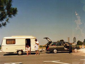 La caravane Eriba tractée par la 305 SR Break à la sortie du péage de Saint Jean D'angely sur l'A10 en Eté 1986. - Cloé la bassette et notre fille aînée ici, à Mirebeau, en 1989...