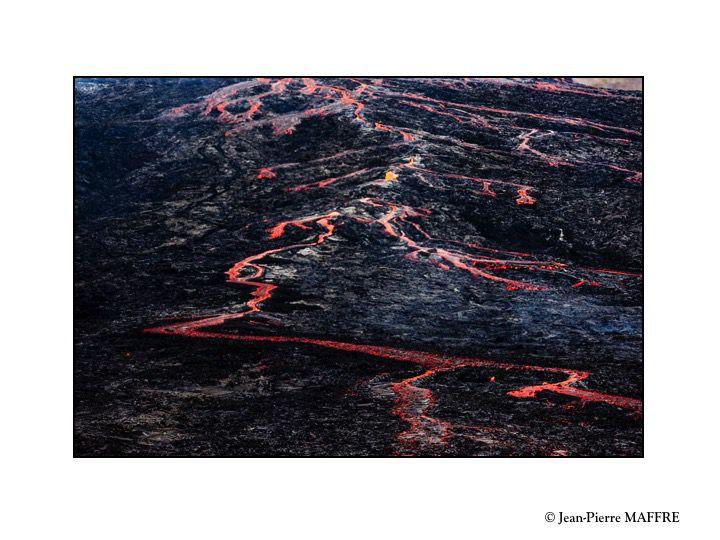 Les volcans rouges ou volcans effusifs sont des volcans en forme de cônes, à lave fluide, sans explosion. L'éruption forme un cône de scories qui est formé de l'accumulation de projections.