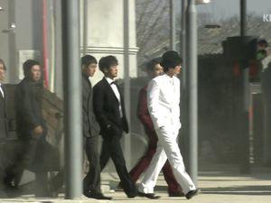 Tellement classe qu'il méritait bien son petit défilé dans les rues de Bangsamdong. Notons aussi le joli costume de Dokku qui marche un peu isolé mais ravi néanmoins. En plus il découvre même les feux d'artifices!