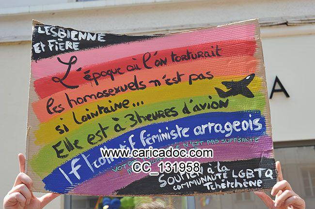 Lesbienne et fière L'époque où l'on torturait les homosexuels n'est pas si loingaine... Elle est à trois heures d'avion Soutien à la communauté LGBTQ thécthène Collectif féministe arrageaois Votre tolérance n'est pas suffisante nous voulons l'égalité