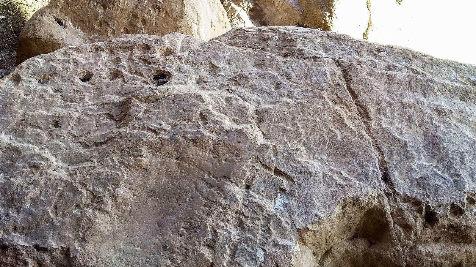 Un peu plus loin, on retrouve des roches gravées