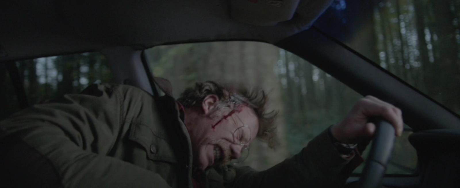 Jessica le frappe à la tête et il se met à saigner...