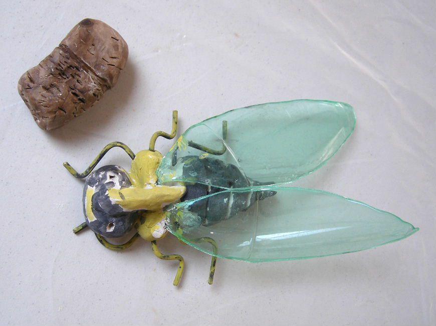 Les enfants ont réalisé un insecte de leur choix, en terre dans un premier temps, puis au brou de noix.