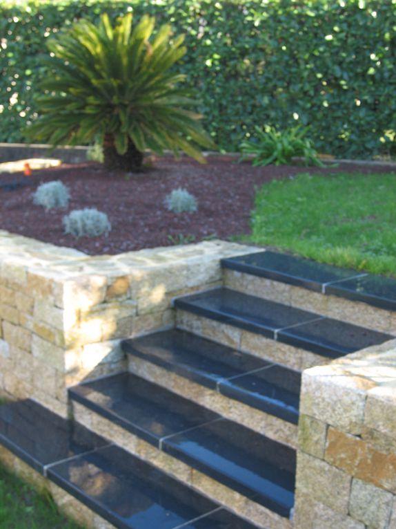 Arbor Minéral basé à Vannes (56) façonne votre jardin en créant des murs en pierres (granit, gneiss, ardoise, bois ...) Nous créons ainsi à votre jardin du volume et une une ambiance totalement différente et personnalisée.