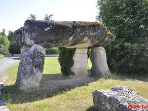 Le dolmen de Peyrelevade, appelé aussi de la Pierre levée ou dolmen du Camp-de-César.  541 Rue Paul Abadie, 24310 Brantôme en Périgord .