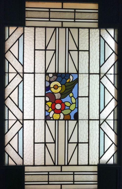L'actuelle enseigne Le rat perché, sise 6 rue des Jongleurs correspond au Café Arthur sur cette photo de 1922 (source : médiathèque municipale). Ces vitraux Art déco sont-ils contemporains de la Grande Reconstruction ?