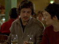Frank contre-attaque en critiquant les crêpes et se fait remettre en place à l'unisson. Cette scène à elle seule dit tout sur la dynamique entre les trois personnages.