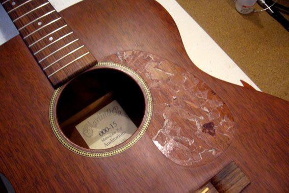 Revernissage de la table d'harmonie et création d'une plaque de protection.