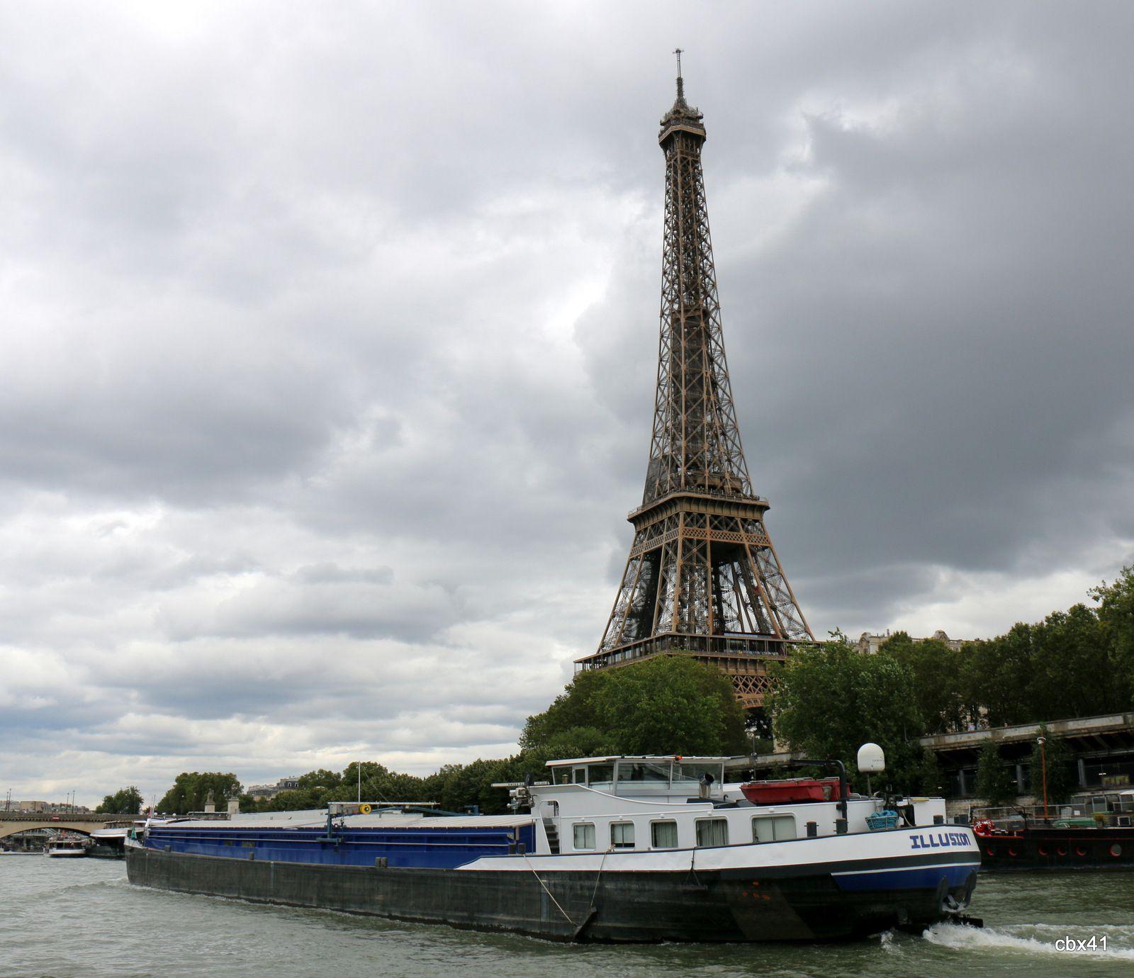 Péniches 'Illusion' et 'Marfret La Lys' à Paris