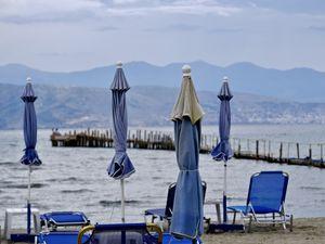 Un petit restaurant avec vue directe sur la mer, une plage déserte qui vous ouvre les portes de l'Albanie et deux sirènes qui se prélassent au sec....