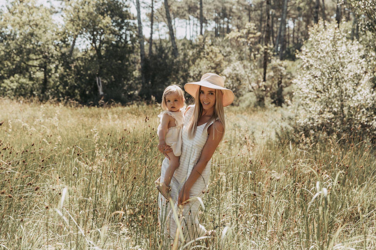 Ma petite fille Margaux  tenant dans ses bras sa fille Adèle, mon arrière petite-fille.