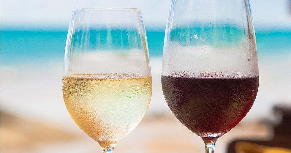 L'idée de vin rouge froid provoque la terreur et l'indignation de certains conservateurs. Dans leur monde, les vins blancs doivent être servis froids et rouges, pas (et les rosés n'existent même pas).