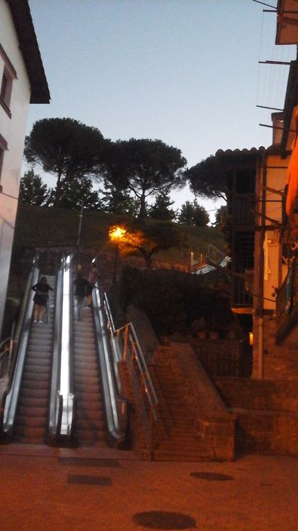 3 escalators géants successifs vous conduisent tout en haut de la ville nouvelle, vue superbe des alentours. Ensuite voyez pas vous-mêmes, maisons, rues, animation. Il est pourtant 23 heures.