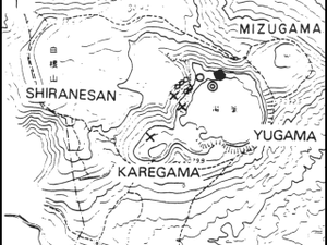 Left, location of Kusatsu-Shiransan, 150 km from Tokyo - JMA map - right,  the top of Kusatsu-Shiranesan and its three crater lakes - circles indicate areas of fumaroles - crosses are position of the active vents from the eruption 1982 -. Doc. JMA / GVP