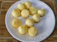 2 - Mettre votre four à préchauffer th 6. Peler la pomme, prélever des billes avec une cuillère parisienne, les citroner. A l'aide d'un patron à la dimension voulue, découper dans la pâte les six formes allongées à placer dans le moule, retirer éventuellement le surplus de pâte qui dépasse, piquer la pâte à la fourchette et recouvrir chaque empreinte de papier sulfurisé sur lequel vous mettrez des légumes secs. Enfourner pour 10 mn, un peu avant la fin du temps, retirer les légumes secs et le papier sulfurisé et remettre au four 2 à 3 mn en surveillant pour que la pâte soit bien dorée. Remplir les coquéclairs de crème pâtissière à la poche à douille, et déposer les fruits entiers ou découpés selon votre inspiration de façon harmonieuse, rouler les billes de pomme dans la noix de coco, décorer de petites noisettes de crème, saupoudrer de noix de coco râpée, et d'une ou plusieurs pépites de chocolat ou autres (sucre glace, grains de sucre....).